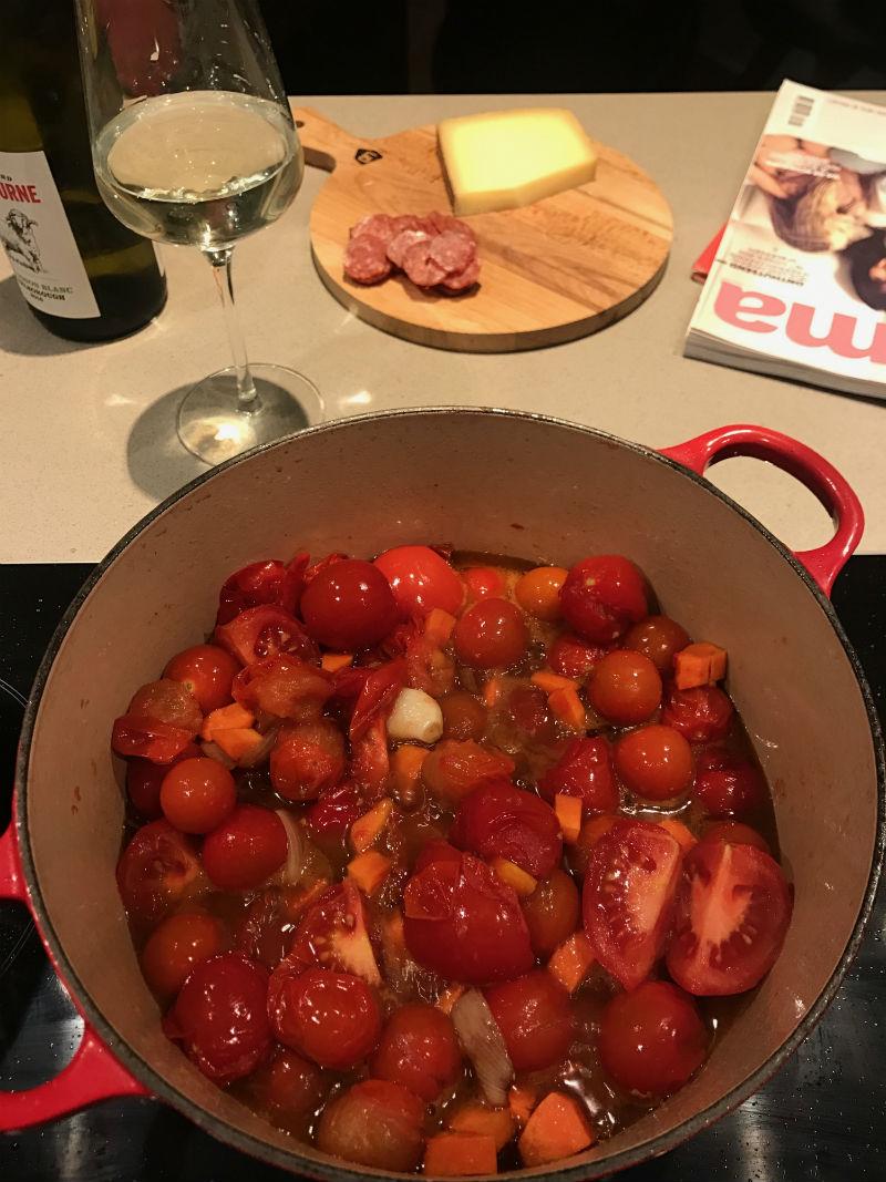 Sopa de tomate com mascarpone, focaccia e o menu da semana