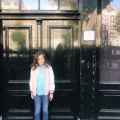 Visitando a casa da Anne Frank com criança